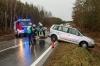 Fahrzeuglenkerin weicht umgestürzten Baum aus und rutscht von der Fahrbahn