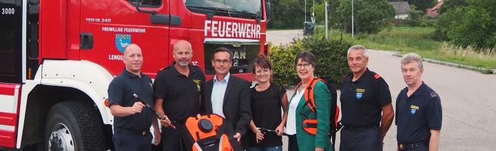 Vorsorge zur Waldbrandbekämpfung: Feuerwehr bedankt sich für Löschrucksäcke