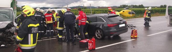 Verkehrsunfall B37 mit mehreren beteiligten Fahrzeugen